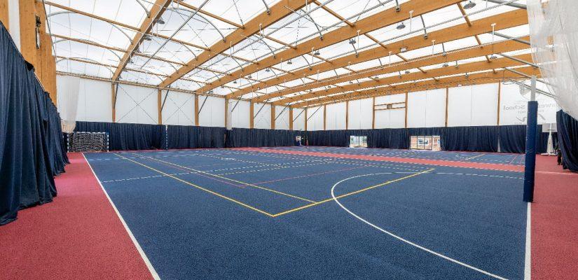Terrain de sport avec architecture textile