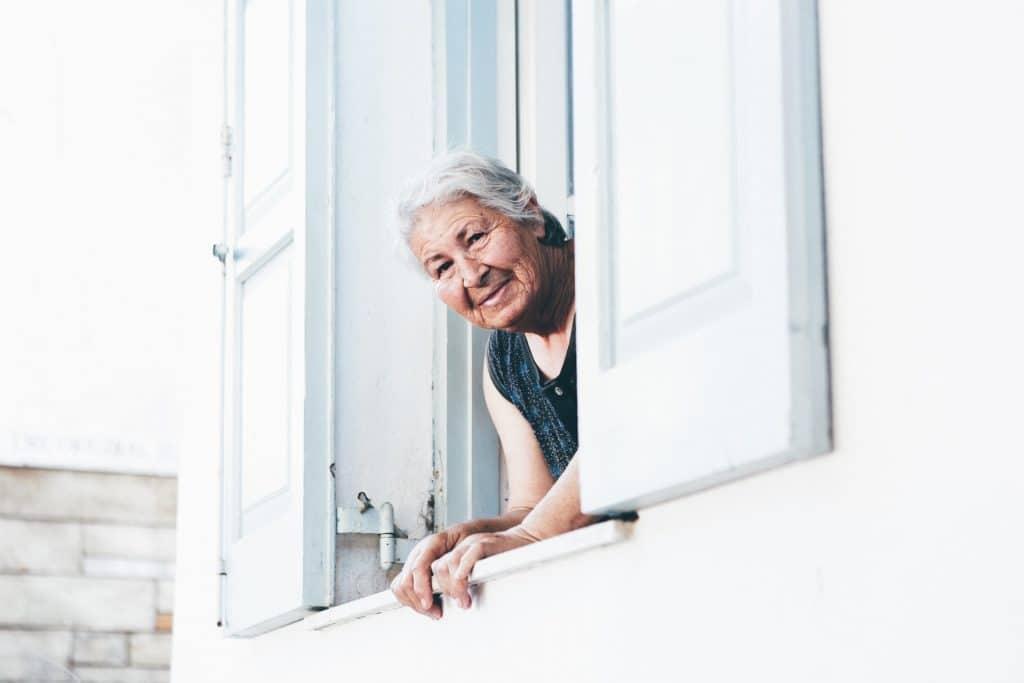 personne âgée à la fenêtre